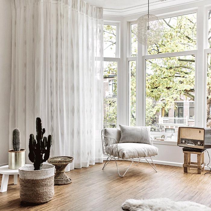 jasne firany na białym dużym oknie
