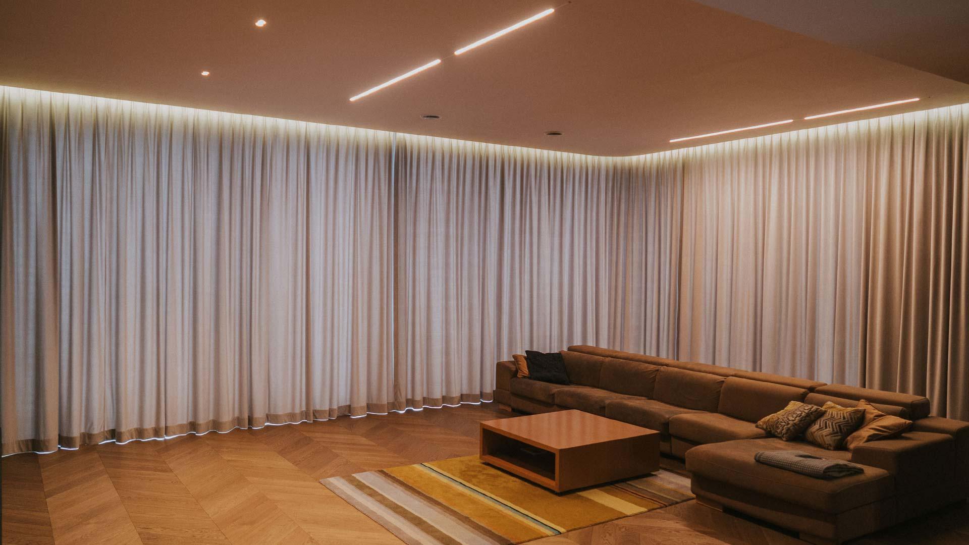 Szare zasłony wykonane z weluru w nowoczesnym salonie