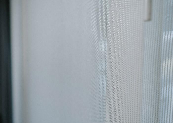 białe zasłony panelowe