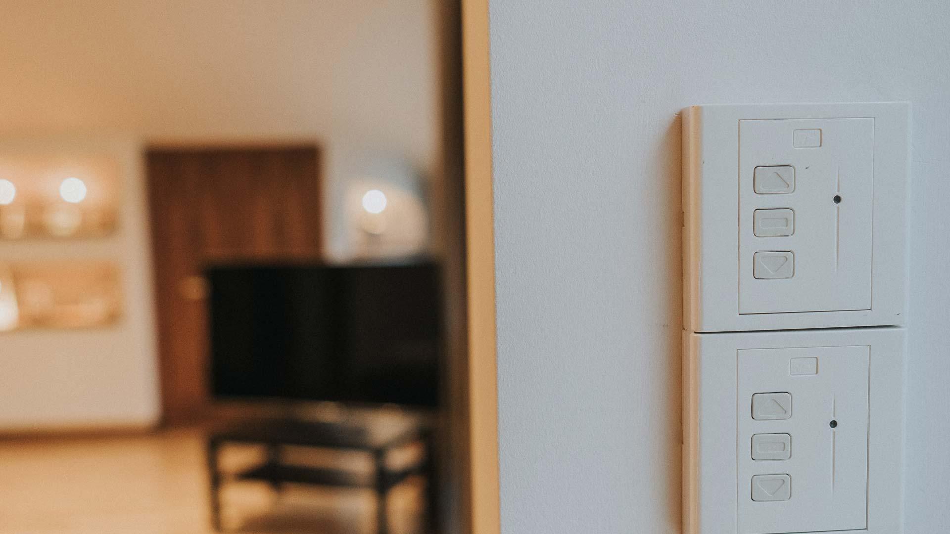 Białe włączniki na ścianie do karniszy elektrycznych
