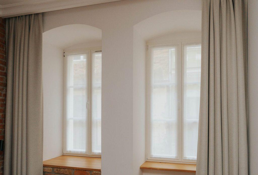 Okno z lnianymi zasłonami