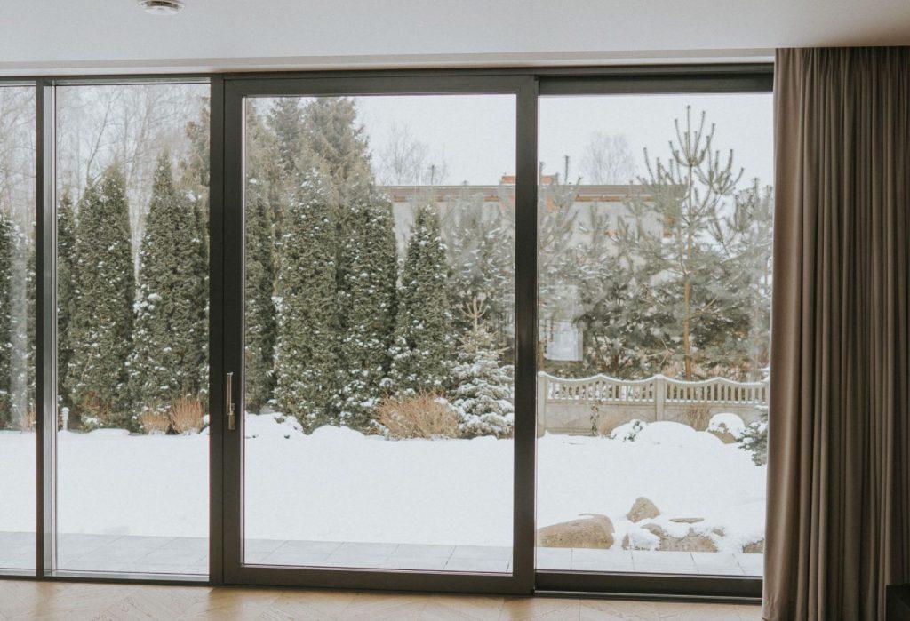 Automatyczna zasłona na duze okno balkonowe