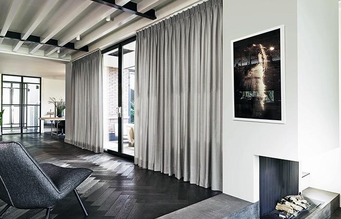 Zasłony uszyte na fleksach w nowoczesnym salonie