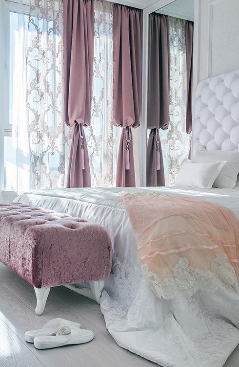 Dekoracyjne firanki i zasłony w sypialni w stylu glmaour