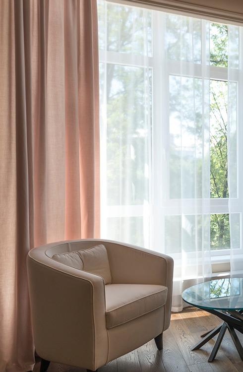 Różowe, lniane zasłony w salonie w stylu glamour