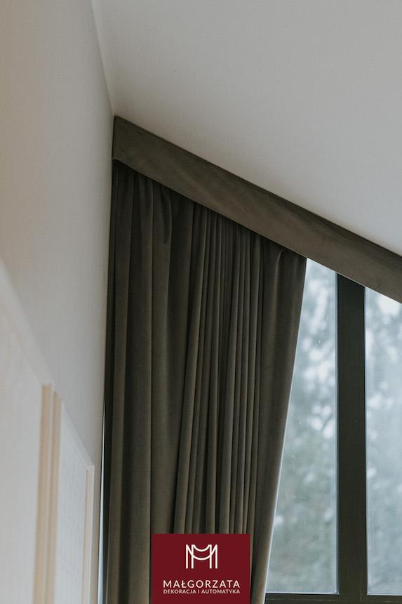 minimalistyczne wnętrze z zasłonami