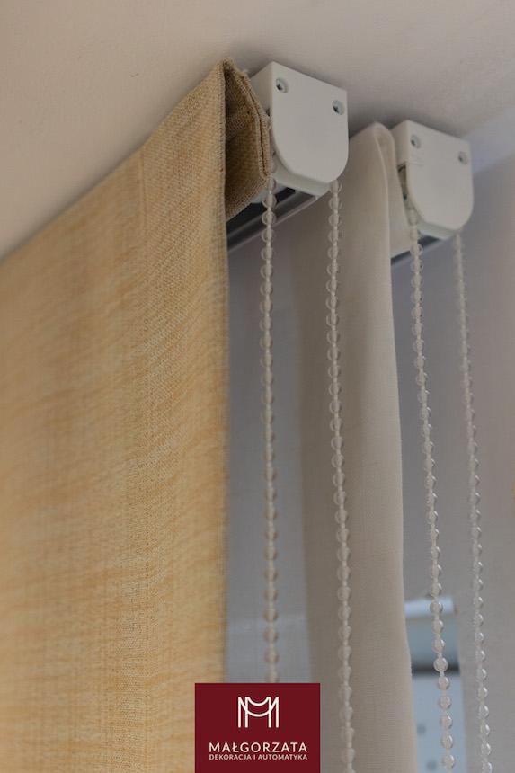 minimalistyczne wnętrze z roletami
